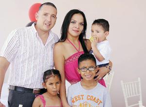 04072016 Carlos Briceño y Brenda López con sus hijos, Diego, Regina y Alberto.
