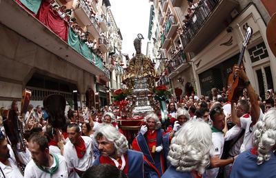 En el festival de San Fermín, honran al Santo con cánticos, jotas y ofrendas.