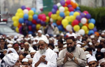 Para participar en las celebraciones, los musulmanes deben cumplir con 13 requisitos, entre ellos usar ropa nueva totalmente blanca, simbolizando pureza, o vestir con lo mejor que se tenga, bañarse, perfumarse y tener buenos pensamientos para los demás.