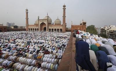 Los musulmanes en todo el mundo comenzaron las celebraciones del Eid al-Fitr.