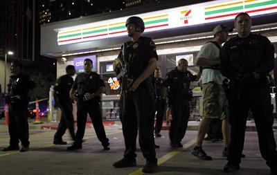 La escena era caótica, con helicópteros sobrevolando la zona y agentes con rifles automáticos en las esquinas.