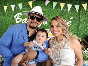 José con sus papás, José Rosas y Silvia Rendón