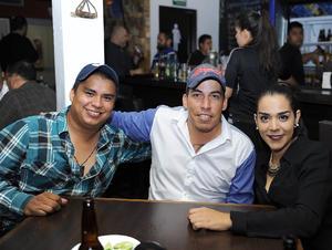 Ricardo, Pollo y Amanda.jpg