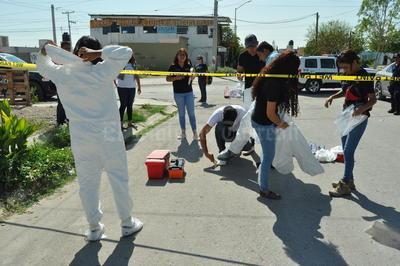 La movilización policíaca que llenó de curiosidad a los vecinos, formó parte de la capacitación que reciben los elementos de la Dirección de Seguridad Pública Municipal del nuevo Sistema de Justicia Penal, y de las prácticas en campo de los alumnos del sexto cuatrimestre de la carrera de Criminología de la Universidad Autónoma de Durango campus Torreón.