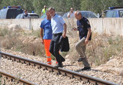El ministro italiano de Infraestructuras y Transportes, Graziano Delrio (i), y el director de Protección Civil, Fabrizio Curcio (d), llegaron al sitio.