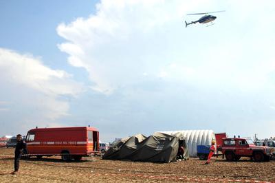 Miembros de los servicios de rescate acudieron a brindar ayuda a las víctimas.