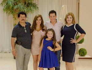10072016 La feliz pareja acompañada por el Sr. Ramón Aguilera, Sra. Rosa Elena Ríos y la hermosa Daniela.