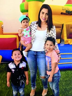 10072016 MUY FELICES.  Karen Valdés y sus hijos, Alfredo, Mateo y María José.