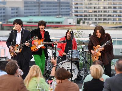 Berlín, Alemania.- Una Banda hace tributo a los Beatles.