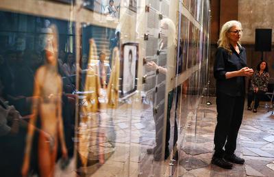 """CIUDAD DE MÉXICO (MÉXICO),.- La fotógrafa estadounidense Annie Leibovitz presenta su exposición """"Mujeres, nuevos retratos"""" este viernes, 8 de julio de 2016, en Ciudad de México (México). Leibovitz, autora de los icónicos carteles del Mundial de México'86, presenta en la capital mexicana su obra """"Mujeres, nuevos retratos"""" que refleja los cambios en los roles femeninos de hoy."""
