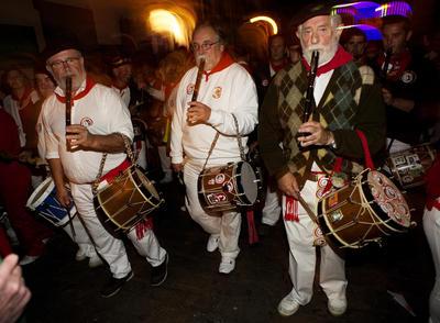 PAMPLONA,.- Cientos de pamplonicas y foráneos participan en el tradiconal Struendo de Iruña, un acto nacido para alegrar una noche de San Fermín y luchar contra la proliferación del baile cerrado.
