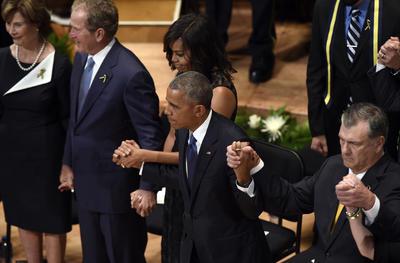 Durante la ceremonia, Obama relató breves historias personales de cada uno de los cinco agentes fallecidos, calificándolos de héroes.