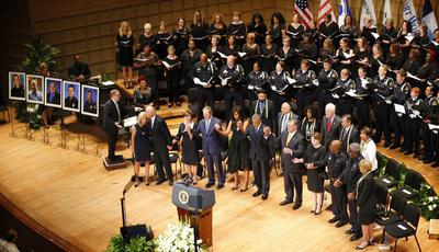 El presidente Barack Obama, el Vicepresident Joe Biden, la exprimera dama Laura Bush y el expresidente George W. Bush atendieron el funeral de los oficiales caidos durante una protesta en Dallas.
