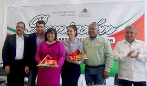 10072016 RECIBE RECONOCIMIENTO como MAESTRA DEL AÑO 2016
