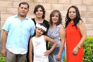 10072016 RECIBE SACRAMENTO.  Sofía Aguilar acompañada de sus papás, José Manuel y Verónica, y sus madrinas, Norma Fuente y Gisela Anguiano.