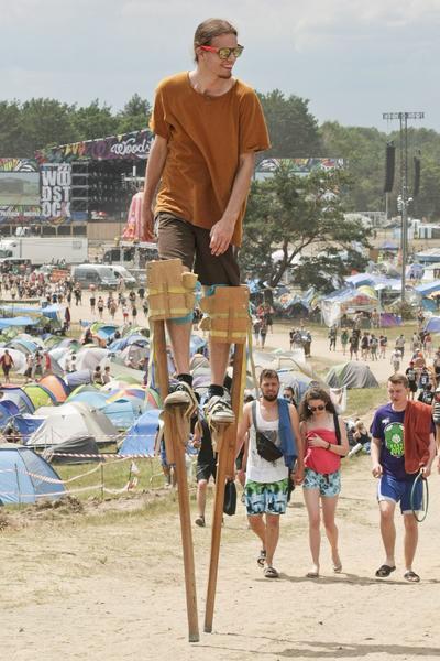 Varios personas asisten a la 22ª edición del festival de música y arte Przystanek Woodstock en Kostrzyn nad Odra, Polonia.  El festival es uno de los más grandes al aire libre de Europa y finalizará el próximo 16 de julio.