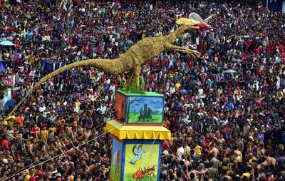 """Miembros de la tribu Jaintia llevan un tradicional """"Rath"""" o un carruaje con ocasión de la celebración de su festival Behdienkhlam en Jowai, a 64 kilómetros de la ciudad de Shillong capital del estado de Megalaya, India."""