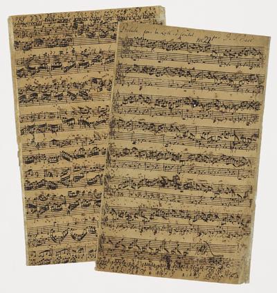 Fotografía que muestra la partitura manuscrita completa del compositor alemán Johann Sebastian Bach en Londres, Inglaterra.