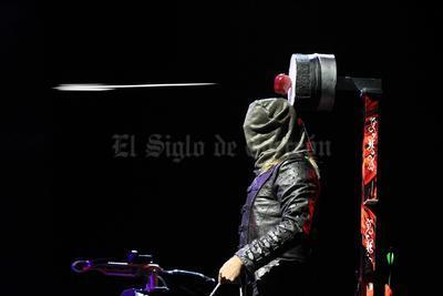 Una flecha perfora una manzana sobre la cabeza de Ben Blaque en Ciudad de México.