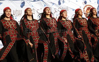 Varias mujeres palestinas bailan danzas folclóricas en una boda palestina durante la apertura de la Semana de la Herencia de Birzeit 2016 en el municipio de Birzeit, cerca a Ramallah, en Cisjordania.