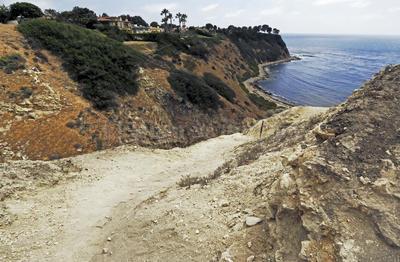 """Palos Verdes, California. Los días están contados para el """" fuerte de piedra """", creado por un grupo territorial de los surfistas conocidos como los Bay Boys."""