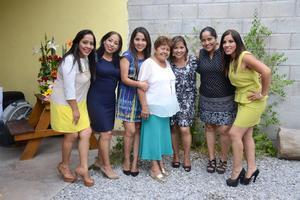 12072016 DE FIESTA.  Toñita de la Rosa con sus hijas: Wendy, Rocío, Cibeles, Nelva, Anel y Yenshi, en el festejo por su cumpleaños número 74.