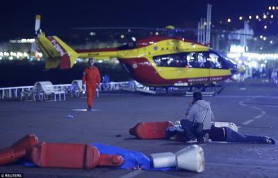 Cuerpo médico de Francia llega para atender a los heridos, que se calculan en más de 100.
