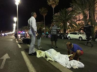 """El camión """"impactó a varias personas durante un largo trayecto"""" por la acera cerca del Palacio del Mediterráneo de Niza, un edificio que da a la playa."""