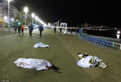 Los cuerpos de las víctimas se apreciaban en el suelo.
