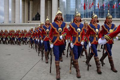 La guardia de honor de Mongolia prepara una ceremonia de bienvenida para el primer ministro de Japón, Shinzo Abe (c-i), en el Palacio Estatal en Ulan Bator, Mongolia.