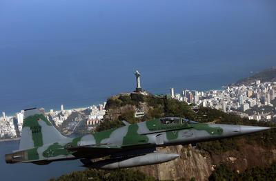 Un avión de la Fuerza Aérea Brasileña (FAB) realiza un operativo en Río de Janeiro para ejemplificar la interceptación de una aeronave durante una demostración del esquema de control y defensa del espacio aéreo durante los Juegos Olímpicos Río 2016.