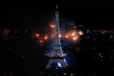 Los fuegos artificiales iluminan la Torre Eiffel en París, durante las celebraciones del Día de la Bastilla la noche del jueves.
