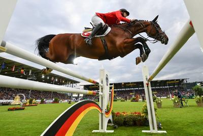 El suizo Steve Guerdat en su caballo Corbinian durante la Copa de las Naciones, en la muestra internacional de caballos CHIO, en Aachen, Alemania.