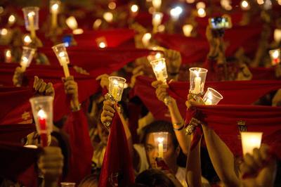 """Un multitudinario """"Pobre de Mí"""" ha cerrado esta medianoche los Sanfermines 2016, que, en el último acto oficial de la fiesta, han sido despedidos por pamploneses y visitantes con velas encendidas en la Plaza del Castillo, en Pamplona"""