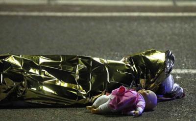 Al menos 73 muertos fueron los que dejó el atentado en Niza donde un camión arrolló a centenares de personas.