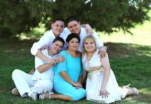 15072016 GRATOS MOMENTOS.  Estela Sánchez acompañada de sus hijos Raúl, Humberto, Elizabeth, Ramiro y Ernesto.