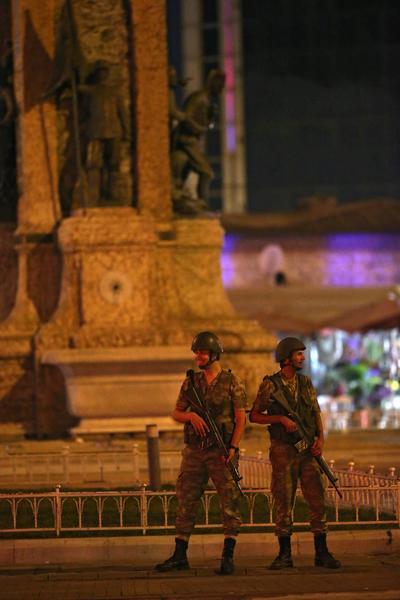 Militares han declarado un toque de queda para todo el país y la ley marcial.