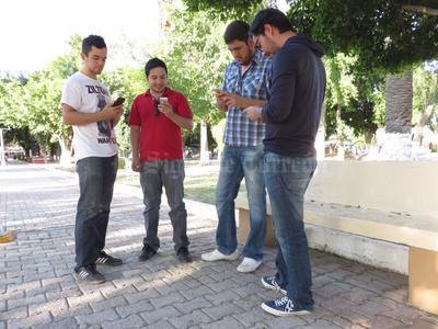 Pueden ser observados con la mirada fija en sus dispositivos móviles, apoderándose de los espacios públicos.
