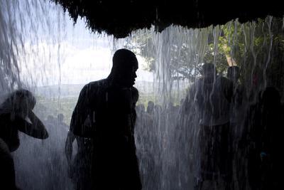 Creyentes de vudú se reunieron en las turbulentas aguas de Saut d' Eau, donde se depuran sus cuerpos con hojas aromáticas y jabón.