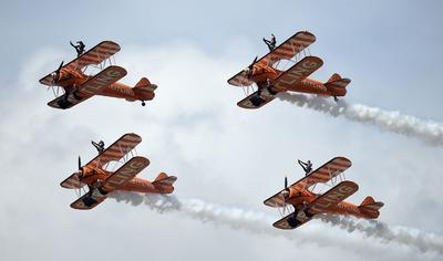Los Wingwalkers Breitling realizan acrobacias en un festival  Aeronáutico de Farnborough, en Hampshire. La exhibición de vuelo es un evento de una semana, con la combinación de exposiciones comerciales y exhibiciones públicas.