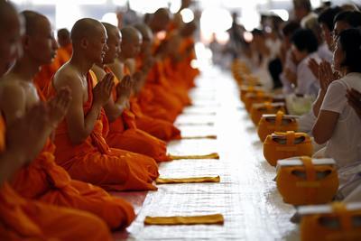 Recién ordenados monjes budistas de 11 países cantan junto a los devotos de Tailandia durante la ordenación en masa con motivo de la próxima cuaresma budista en el templo de Wat Phra Dhammakaya en la provincia de Pathum Thani, en las afueras de Bangkok.