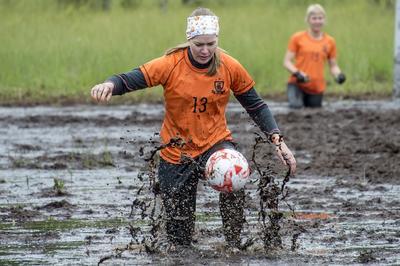 Los jugadores en acción durante el Campeonato de fútbol del pantano de 2016. El Campeonato Mundial de fútbol en pantano se juega anualmente el Vuorisuo pantano en Hyrynsalmi , Finlandia.
