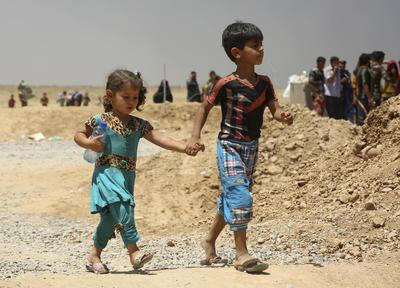 Imagen de civiles desplazados, que huyeron de sus ciudades y pueblos islámicos en poder del Estado al sur de Mosul durante la lucha entre las fuerzas de seguridad iraquíes y militantes de los Estados islámicos, llegan a un campamento para desplazados fuera de Arbil, 217 millas (350 kilómetros) al norte de Bagdad, Irak.