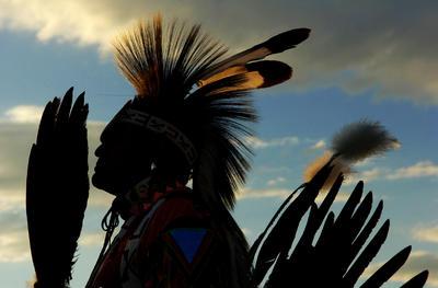 David Lee, un miembro de la tribu Shoshone - Bannock , hace una pausa entre las danzas ceremoniales en el festival indio Shoshone - Bannock en Fort Hall, Idaho.
