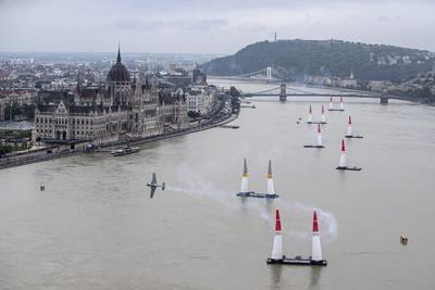 Una imagen puesta a disposición por Global Newsroom mostrando el austriaco Hannes Arch, que se realiza durante la cuarta etapa de la Red Bull Air Race World Championship en Budapest , Hungría.