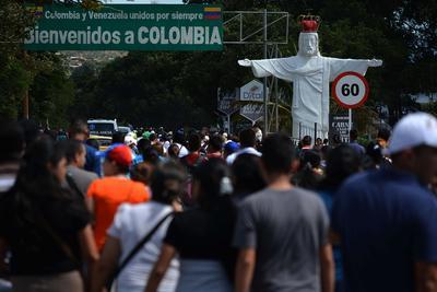 Ciudadanos venezolanos cruzan hoy, el puente fronterizo Simón Bolívar, en San Antonio del Táchira (Venezuela).