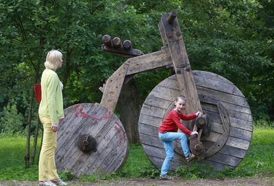 """Un niño juega en la instalación de arte  """"bicicleta"""" por el artista bielorruso Dmitry Surskiy durante la exposición al aire libre Islands- 2016 de arte en un parque en Minsk, Bielorrusia."""