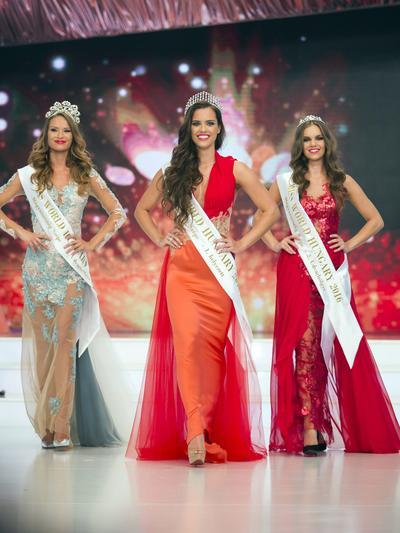 (De izquierda a derecha, segundo lugar Eszter Oczella, ganadora Timea Gelencser y tercer lugar, Babett Dukai en el escenario durante la final del concurso de belleza Miss Hungría, en Budapest , Hungría.