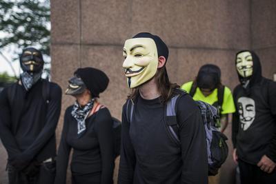 Los manifestantes vestidos con máscaras de Guy Fawkes se reúnen cerca de una protesta contra el candidato presidencial republicano de Estados Unidos, Donald Trump antes del inicio de la Convención Nacional Republicana en Cleveland, Ohio.