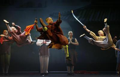 """Monjes de Shaolin que son parte de un elenco de 20 miembros , se realizan durante una presentación a la prensa de su nuevo espectáculo """" Shaolin """" en Singapur."""